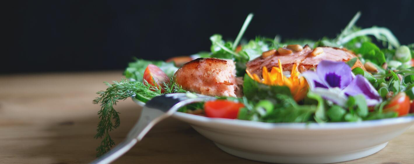 Salmon salad with tomatoes and leafy greens
